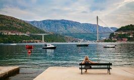 Frau, welche die Tudjman-Brücke in Dubrovnik betrachtet Lizenzfreie Stockfotografie
