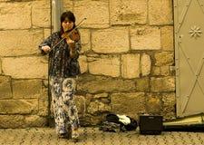 Frau, welche die Violine spielt Lizenzfreies Stockfoto