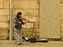 Frau, welche die Violine spielt Lizenzfreie Stockfotografie