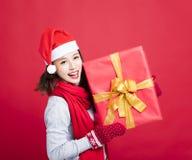 Frau, welche die Weihnachtsgeschenkbox zeigt lizenzfreie stockfotos