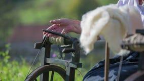 Frau, welche die Wolle für die Verarbeitung vorbereitet