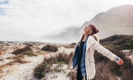Frau, welche glücklich die frische Seeluft einatmt lizenzfreie stockfotografie