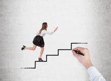 Frau, welche oben die Treppe gezeichnet auf Betonmauer laufen lässt Lizenzfreie Stockfotografie