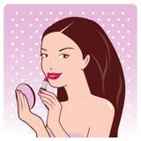 Frau wendet Lippenstift an lizenzfreie abbildung