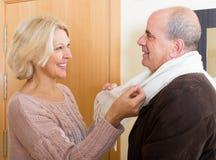 Frau wendet Sorgfalt über Ehemann an Stockfotos