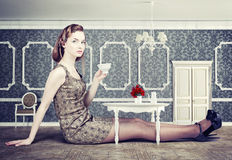Frau in wenig Raum Stockfotos