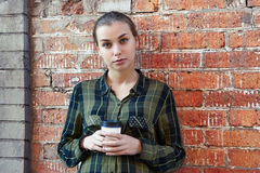Frau, wenn Wegwerfkaffeetasse gestanden wird Stockbilder