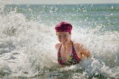 Frau, wenn Welle gespritzt wird Stockfoto