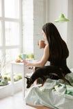 Frau werden zur Arbeit fertig Frühstück zu Hause lizenzfreie stockbilder