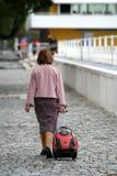 Frau whith es Gepäck Lizenzfreie Stockfotografie