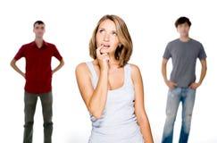 Frau wählen von zwei jungen Männern Stockfotos