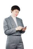 Frau wählt Nummer durch Telefon Stockfotos