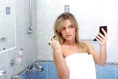Frau während der täglichen Morgenprogramme Lizenzfreie Stockbilder