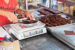 Frau wiegen Chinese getrocknetes Schweinefleisch Stockbilder