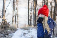 Frau in Winterwald-coverig Gesicht mit Schal Stockfotos
