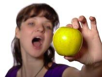 Frau wird Apfel essen Lizenzfreie Stockfotos