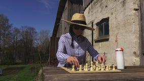 Frau wird das Schach spielen stock video