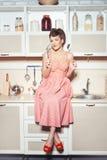 Frau wird in der Küche kochen lizenzfreie stockfotografie