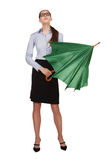 Frau wird einen grünen Regenschirm aufdecken Stockfotografie
