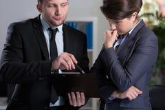 Frau wird im Büro betont stockfotografie