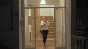 Frau wird Nacht aus Haus heraus verbringen stock video