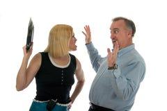 Frau wirft Platte am Ehemann Lizenzfreie Stockbilder