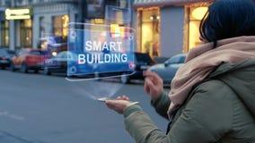 Frau wirkt intelligentes Gebäude HUD-Hologramms aufeinander ein stock video