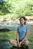 Frau in Yogasitz Lizenzfreie Stockfotografie