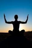 Frau in Yogastellung Lizenzfreie Stockfotos