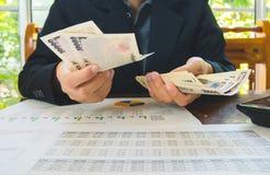 Frau zählt Geld mit Aussagenpapier-Finanzkonzept Lizenzfreie Stockfotos