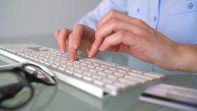Frau zahlt mit Kreditkarte Käufe im Internet FrauenBüroangestellter, der auf der Tastatur schreibt Getrennt auf weißem background stock video footage