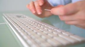 Frau zahlt mit Kreditkarte Käufe im Internet FrauenBüroangestellter, der auf der Tastatur schreibt Getrennt auf weißem background stock video