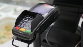 Frau zahlt unter Verwendung der kontaktlosen Kreditkarte über die Verarbeitung des Anschlusses und das Betätigen der Knöpfe, die  stock video
