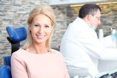 Frau am Zahnarzt stockfoto
