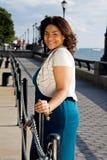 Frau am Zaun Lizenzfreie Stockfotografie