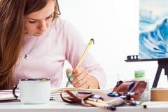 Frau zeichnet Blume Stockfotos
