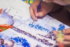 Frau zeichnet die Farbe durch Zahlen Lizenzfreie Stockbilder