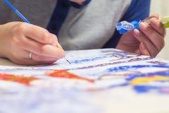 Frau zeichnet die Farbe durch Zahlen Stockfotos