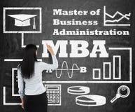 Frau zeichnet ein Flussdiagramm über MBA-Grad auf dem schwarzen Kreidebrett Stockbilder