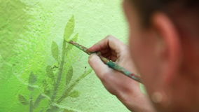 Frau zeichnet einen Baum