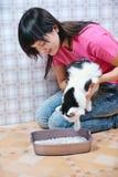 Frau zeigt eine Katzetoilette lizenzfreies stockbild