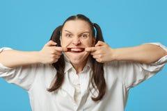 Frau zeigt ihr Zähne lizenzfreie stockfotos