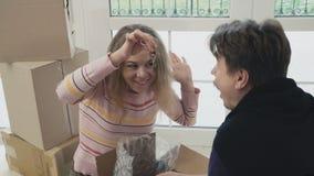 Frau zeigt ihrem Ehemann Schlüssel eines neuen Hauses stock video footage