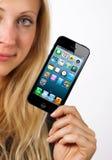 Frau zeigt iphone 5 Lizenzfreies Stockbild