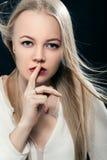 Frau zeigt Ruhe lizenzfreie stockfotografie