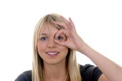 Frau zeigt Schlupfloch Lizenzfreies Stockbild