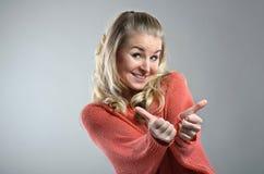 Frau zeigt sich Daumen lizenzfreies stockfoto