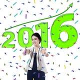 Frau zeigt sich Daumen mit Nr. 2016 Lizenzfreies Stockbild