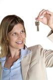 Frau zeigt Taste Lizenzfreies Stockbild