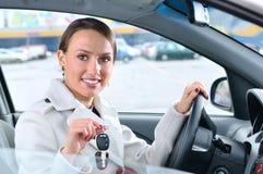 Frau zeigt Tasten ihres neuen Autos Lizenzfreie Stockfotografie